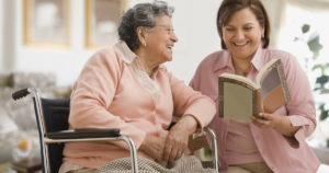 Уход за одинокими пожилыми людьми в обмен на квартиру