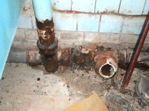 Кто должен ремонтировать трубы в квартире