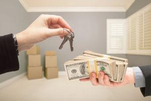 Когда платят деньги при покупке квартиры